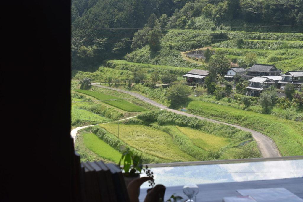 窓から棚田を見下ろす眺め