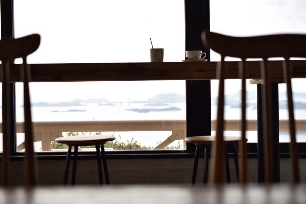 窓辺の席から瀬戸内海を望む
