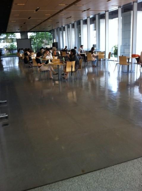 千代田図書館1階エントランス
