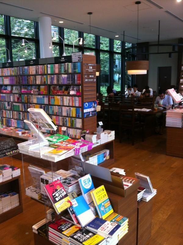 大崎TSUTAYA本棚とカフェスペース